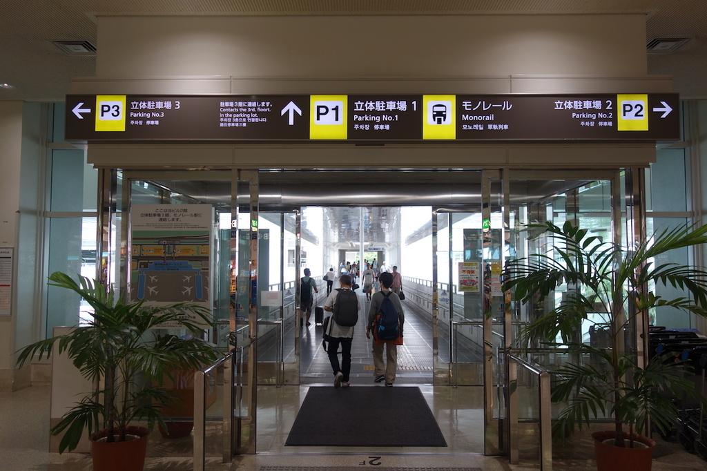 那覇空港の2階出口(平成30年6月11日)