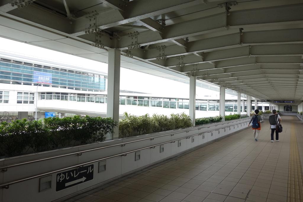 那覇空港からゆいレール那覇空港駅までの連絡通路3