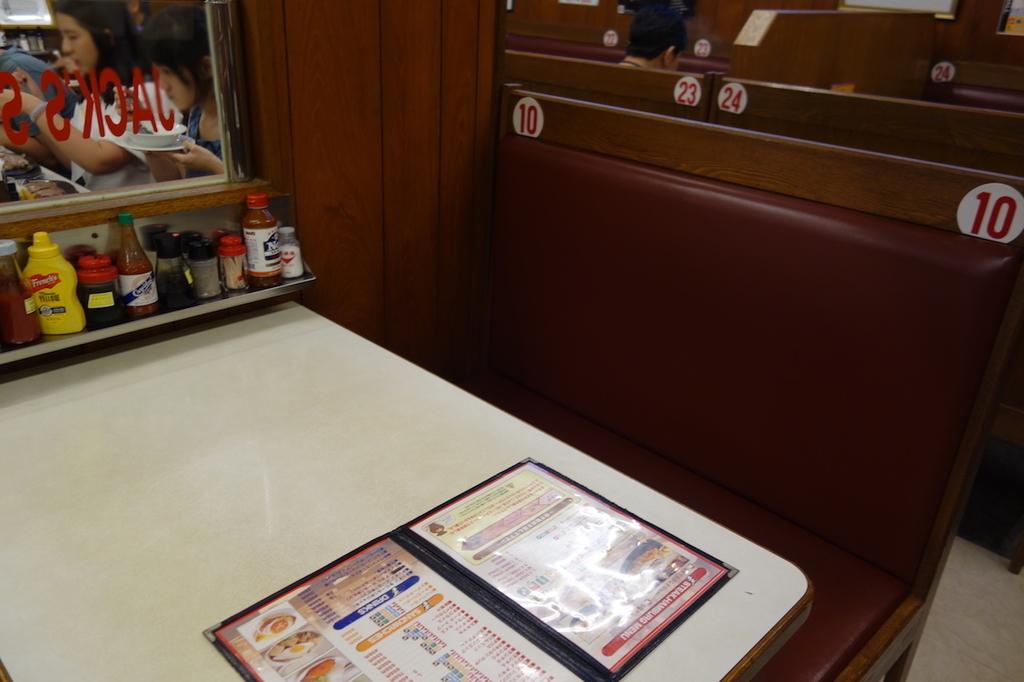 ジャッキーステーキハウスのテーブル席