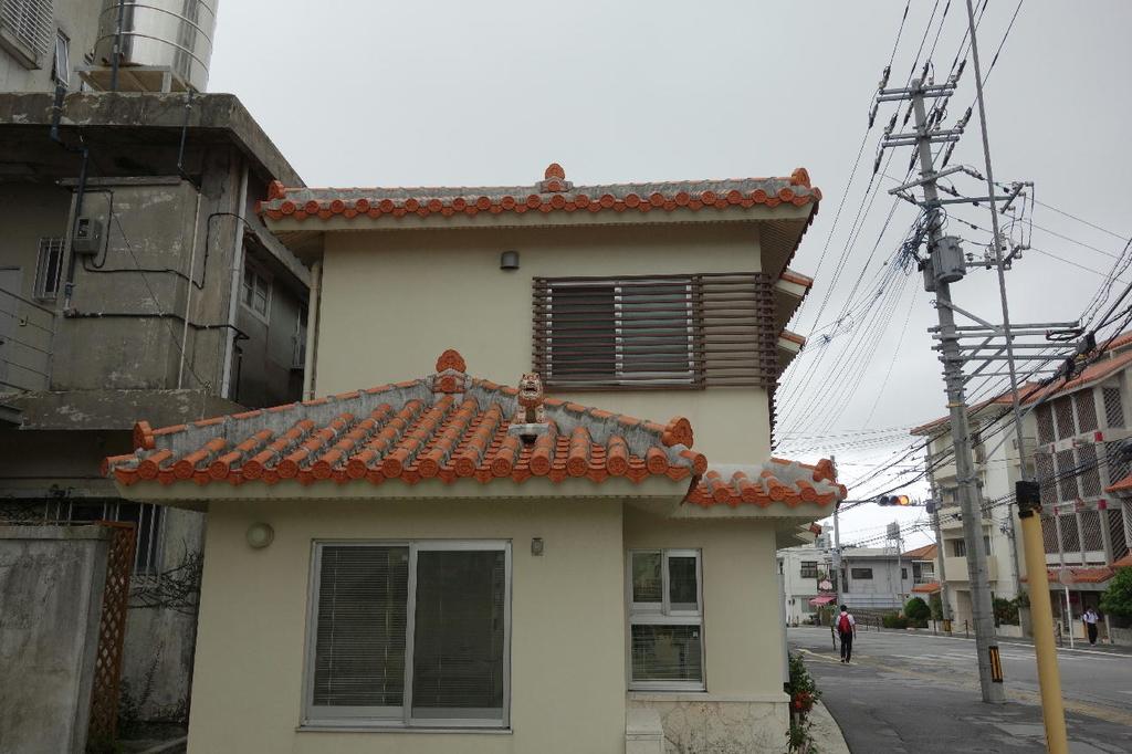 お家の屋根に設置してあるシーサー