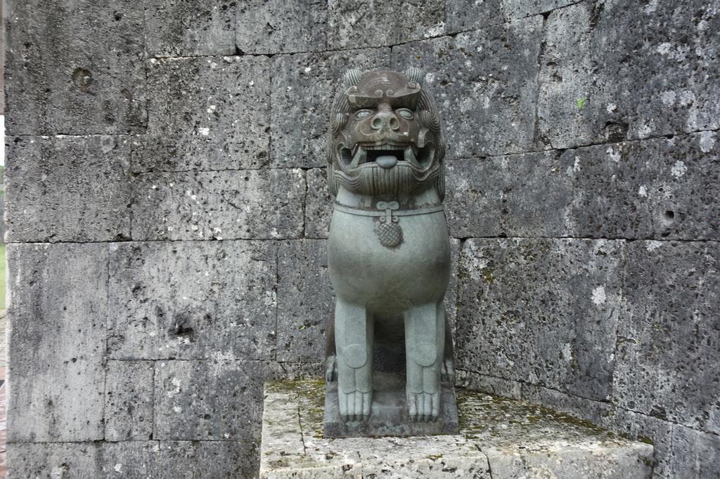 首里城公園の歓会門両側に設置されるシーサー(右)