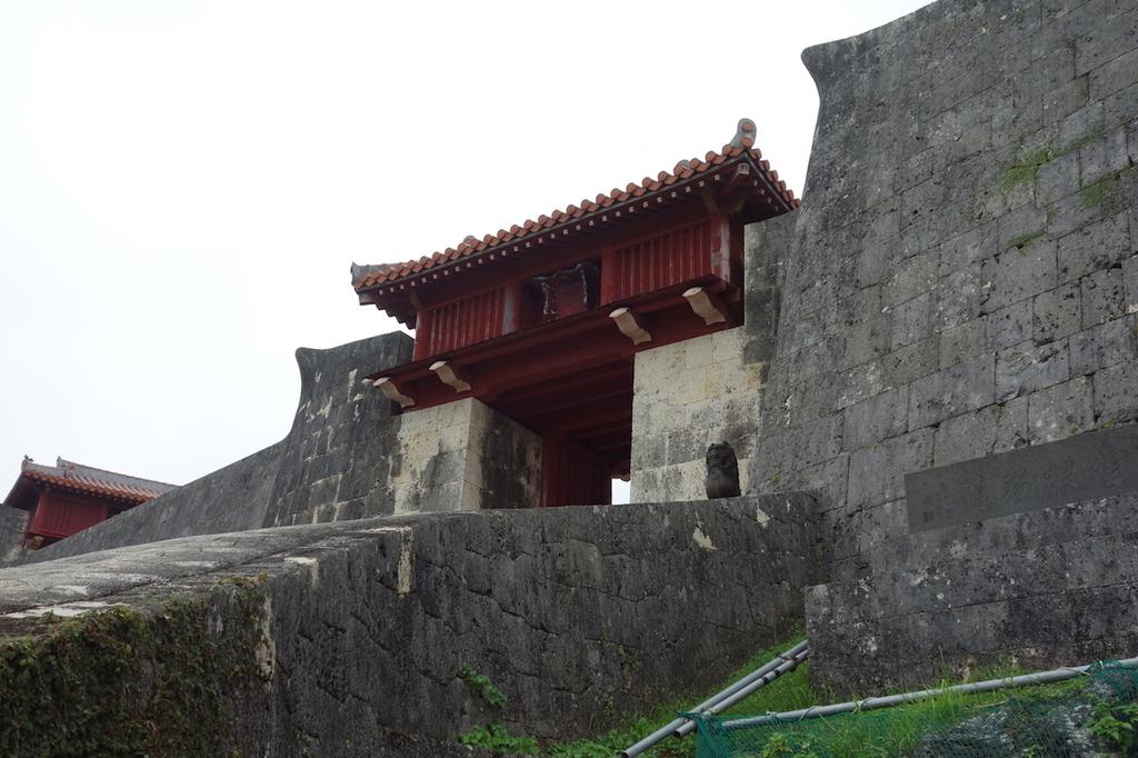 首里城公園の龍樋から見た瑞泉門