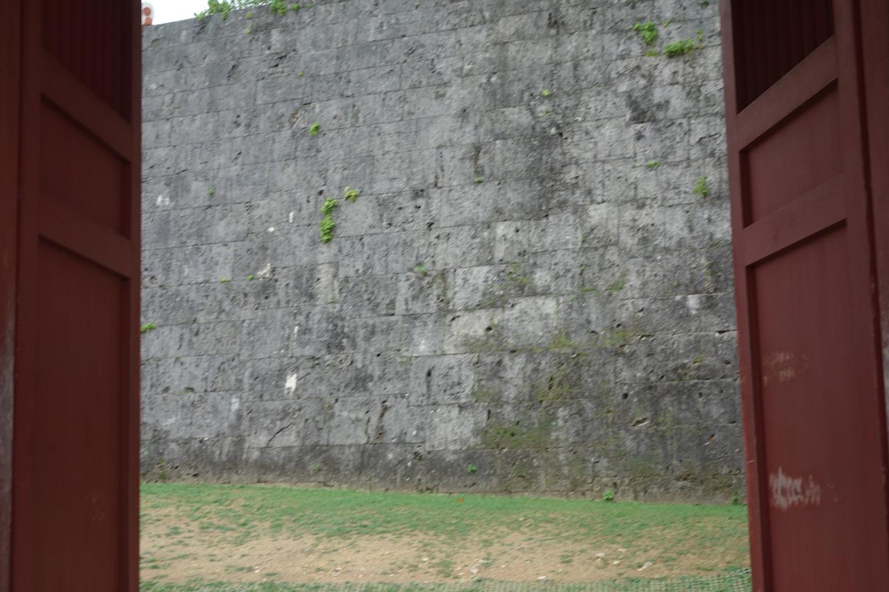 首里城公園の瑞泉門を通り抜けるところ