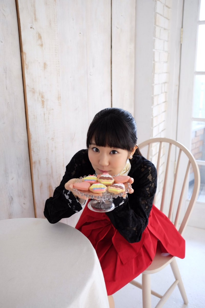 お菓子を手にする東山奈央