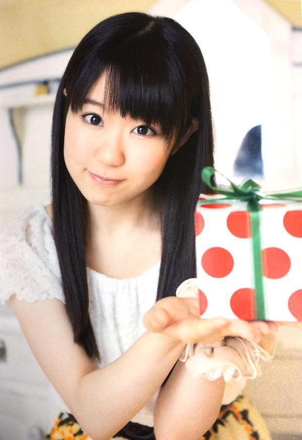 プレゼントの箱を差し出してくれている東山奈央