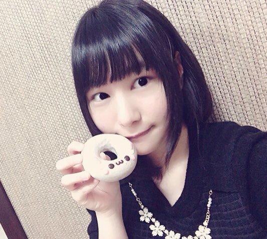 ドーナッツを手に持つ富田美憂