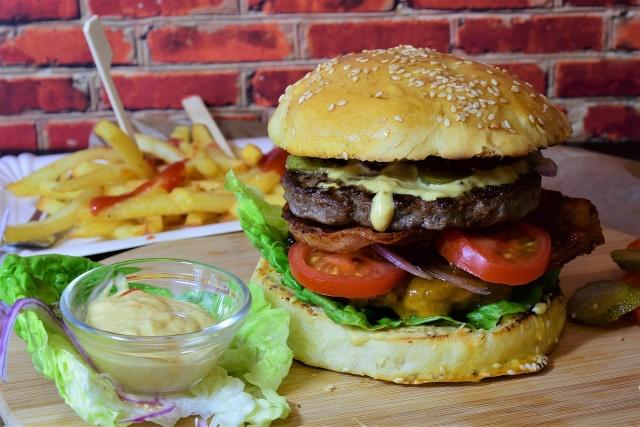 給食にハンバーガー