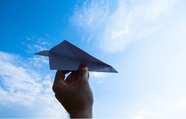 力を抜いて紙飛行機を飛ばす