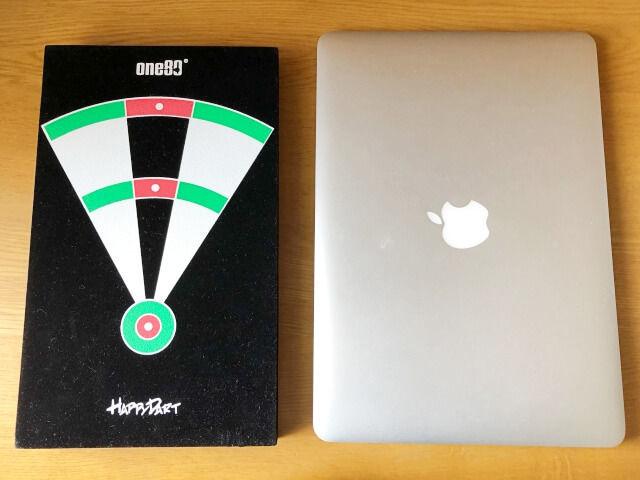 ダーツのビートボードと13インチのパソコンの大きさ比較