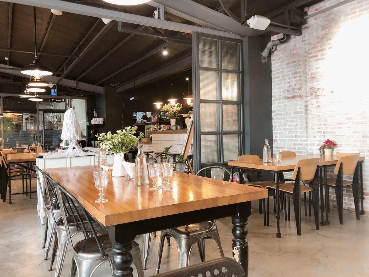 HOUSE CAFEの内装です。レトロでおしゃれな空間です。