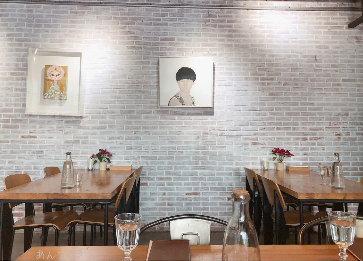HOUSE CAFEの内装です。壁に絵がかけられています。