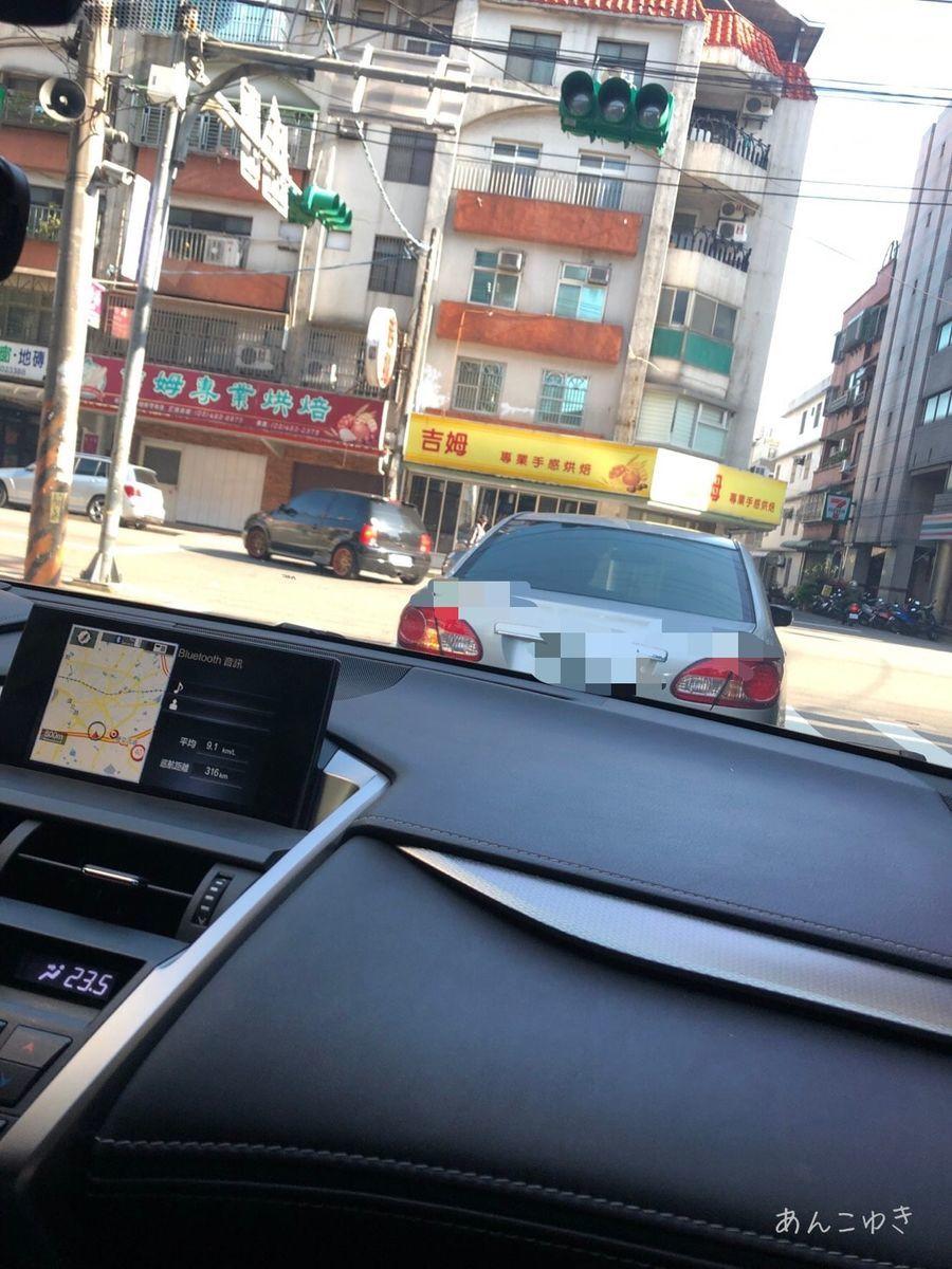 車から前の車を追っているところを写しています。