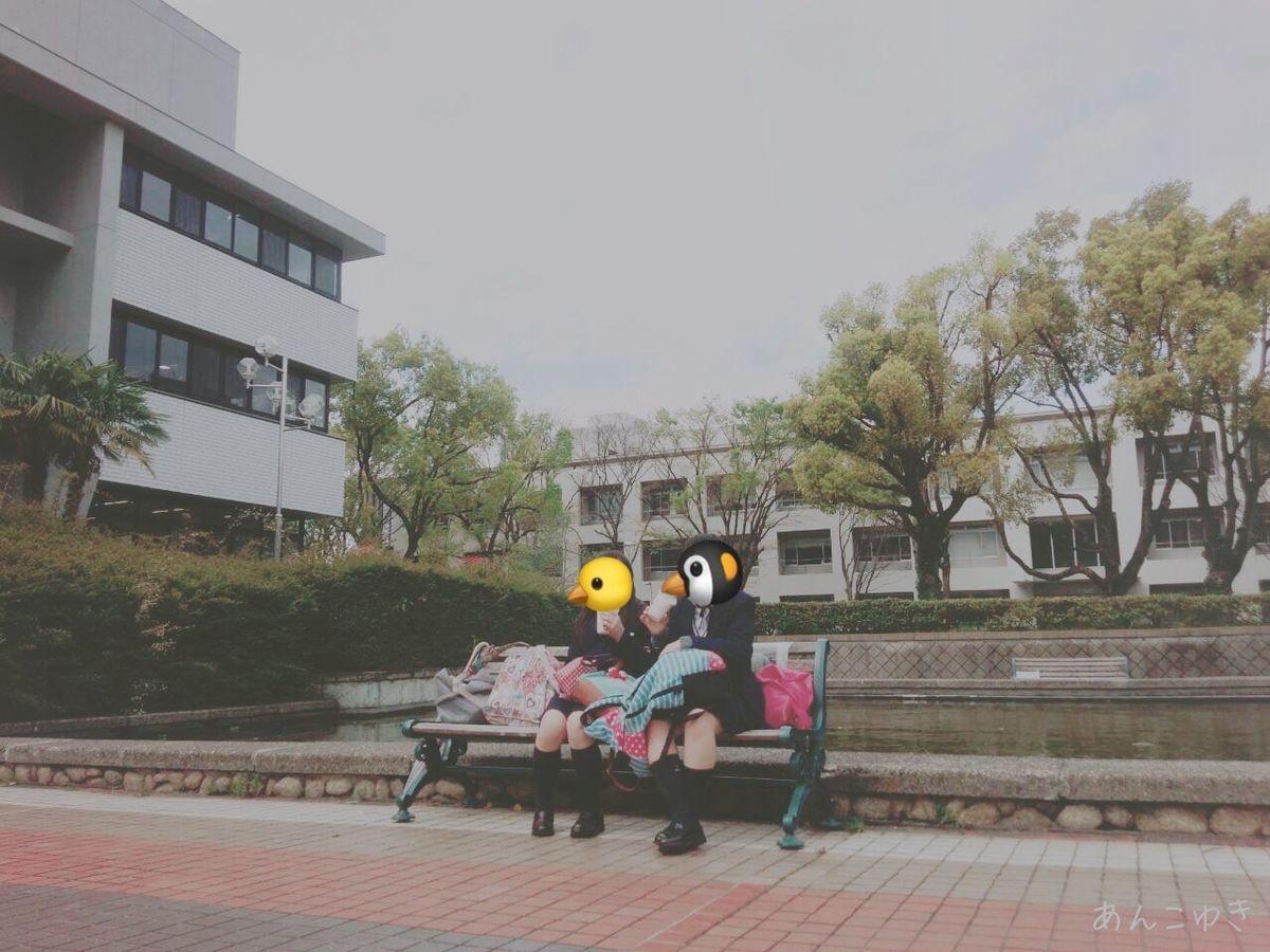 名大附属高校の学生が名大図書館の前でスタバを飲んでいる