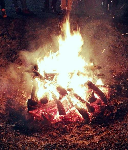 神社で焚火