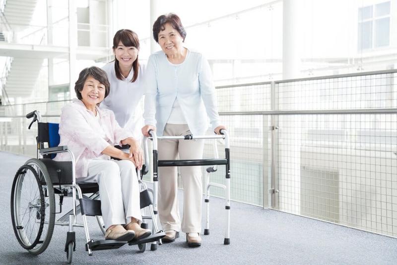 車いすや歩行器を使う女性