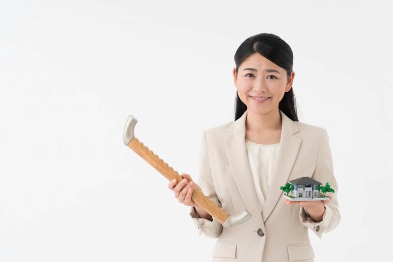 手すりの設置について説明する女性