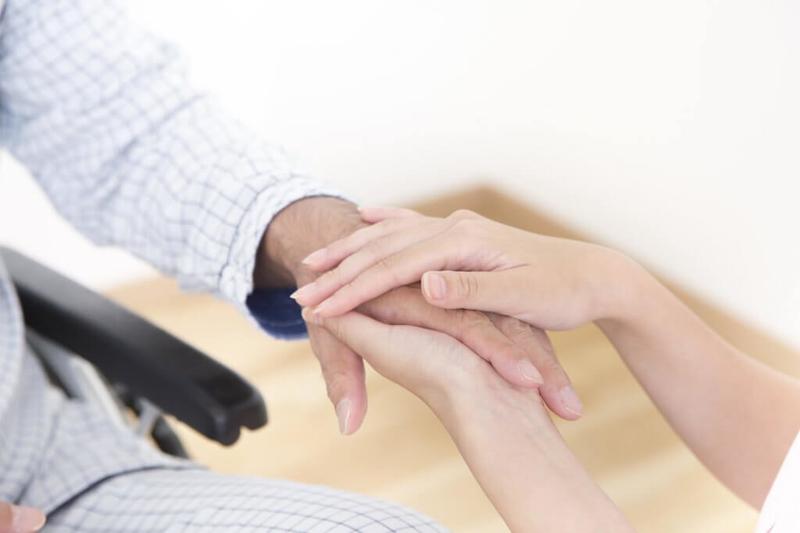 被介護者に手を添える