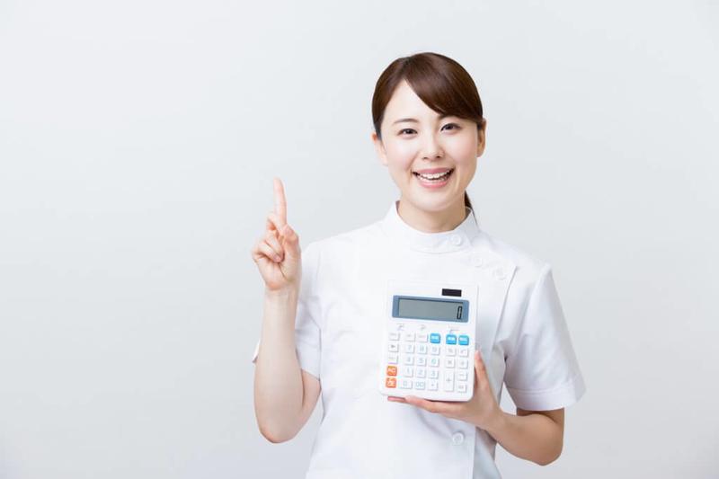 介護保険料を説明する介護士