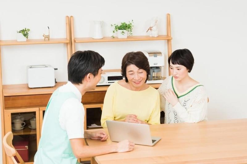 介護について相談する親子