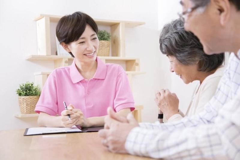 介護認定調査を受ける老夫婦
