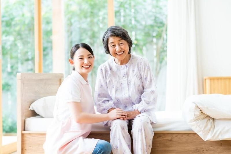施設介護のスタッフと利用者女性