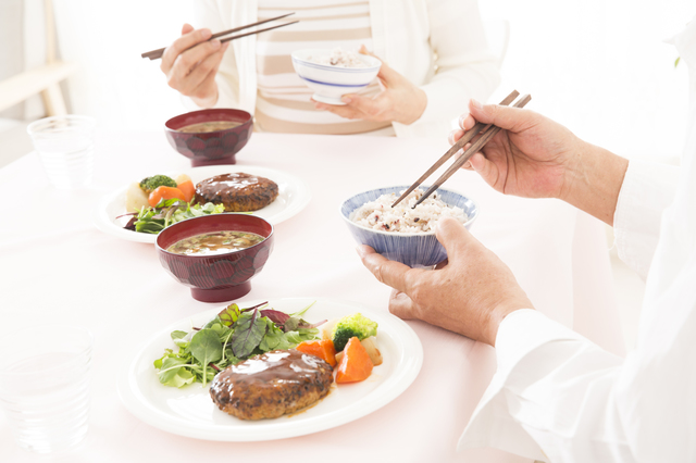 介護の食事作りに負担を感じている方へ朗報!お食事宅配サービスの上手な活用法