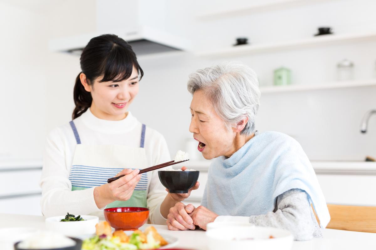食事介護の食べこぼし対策