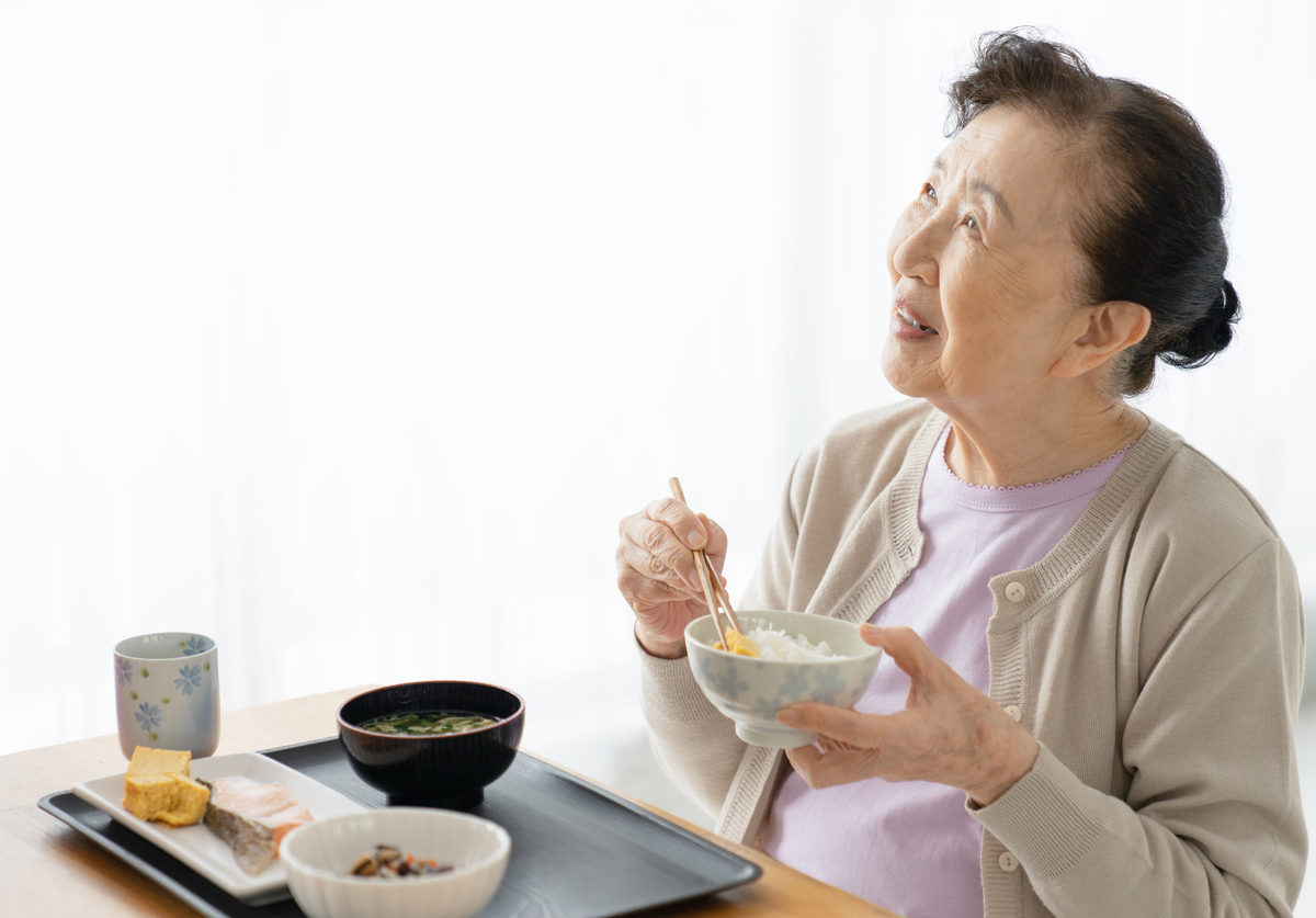 食事を楽しむシニア女性のイメージ