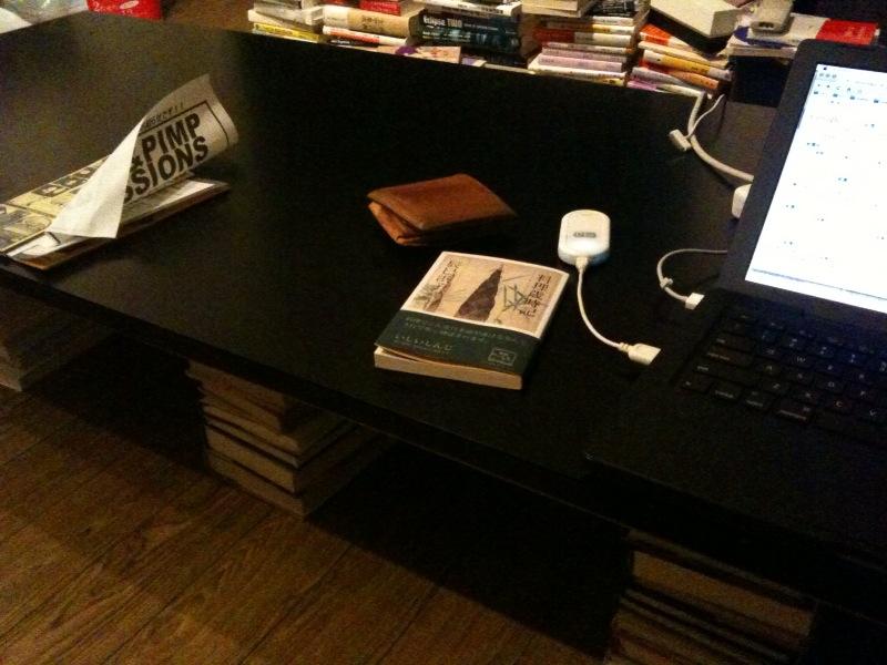 本を足にしてローテーブルにした