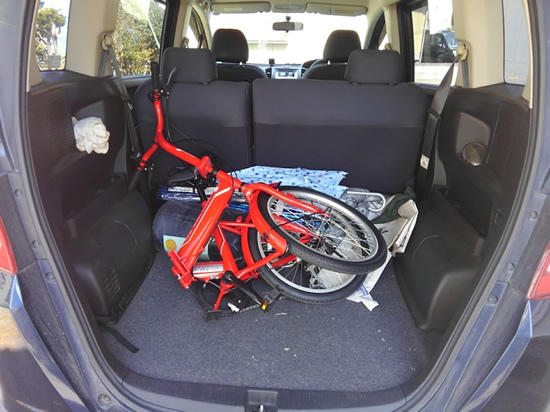 折り畳んだ自転車をフリードに積んだ写真