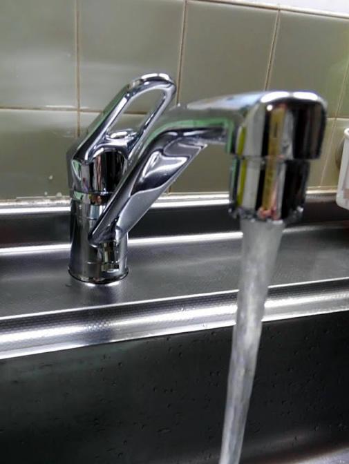 実家の台所に付けられた新しい混合水栓(リクシル)の写真