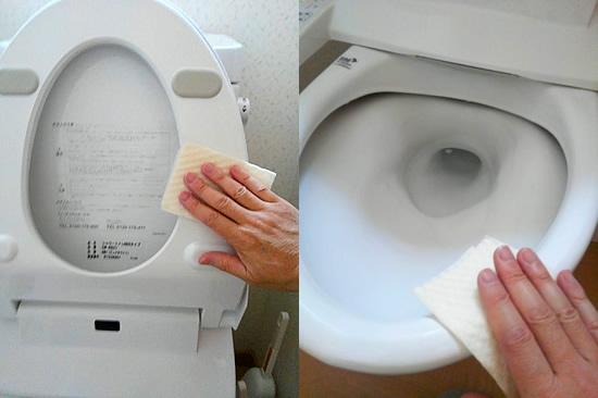 トイレクリーナーで便座と便器を掃除する写真