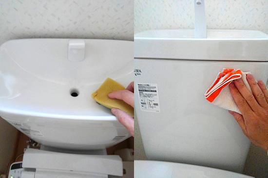 トイレの水タンクを雑巾で掃除する写真
