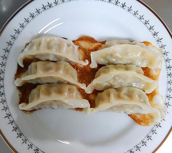 焼きあがった餃子を皿に並べた写真