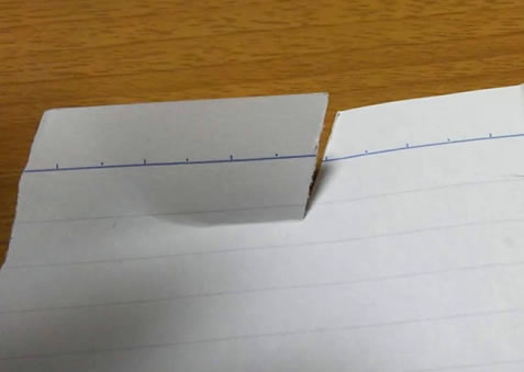研いだ包丁でルーズリーフを切ってみた写真画像