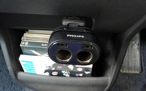 僕のシガーソケットへフィリップスのシガーソケット2連を差し込んだ写真