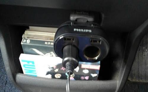 フィリップスのシガーソケット2連にドラレコのコードを差し込んだ写真