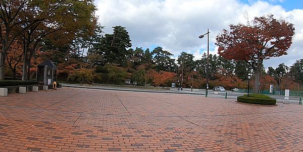 弘前公園東門周辺の紅葉の写真