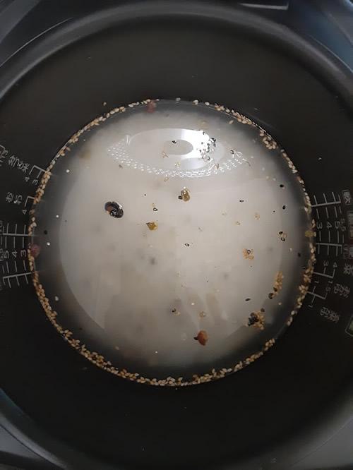 研いだ白米にイオンのトップバリュ「二十穀ミックス」を入れた写真