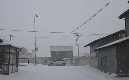 家の外は吹雪の写真