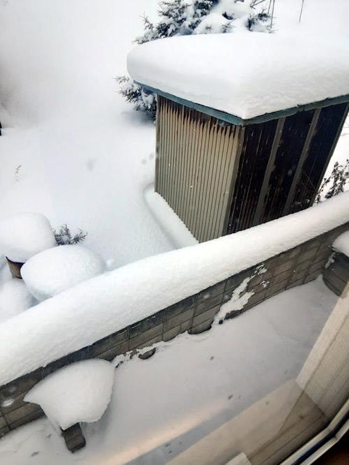ブロック塀へ積もった雪の写真