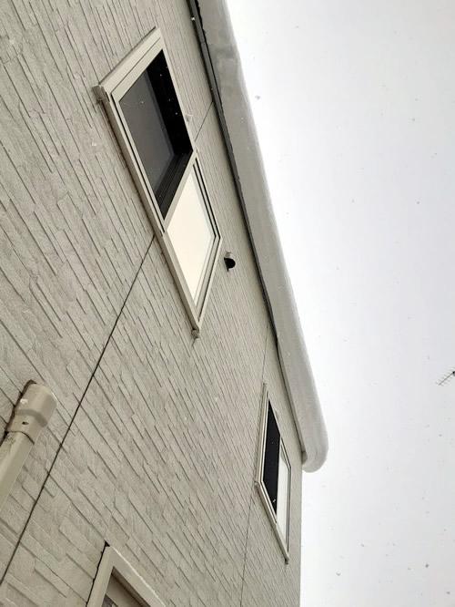 無落雪屋根からはみ出た雪の写真