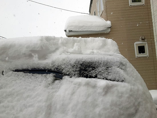 クルマに積もった雪の写真03