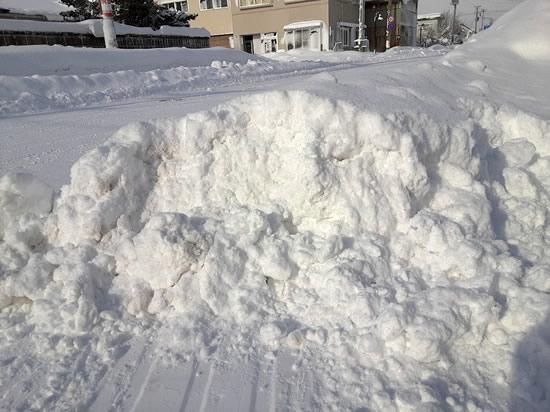 ブルドーザーが置いていった雪の塊の写真