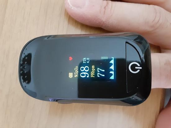 パルスオキシメーターを人差し指に装着して測ってみました