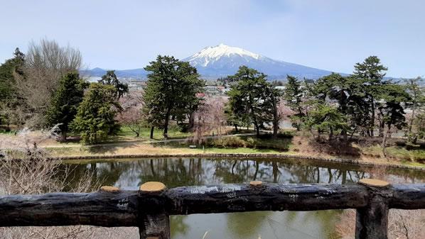 弘前城本丸から見える岩木山の写真