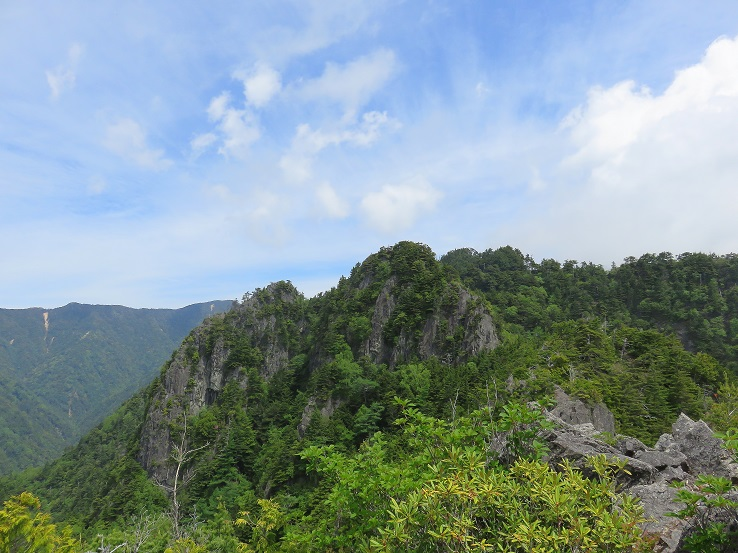 木賊山まで長く茨の縦走路