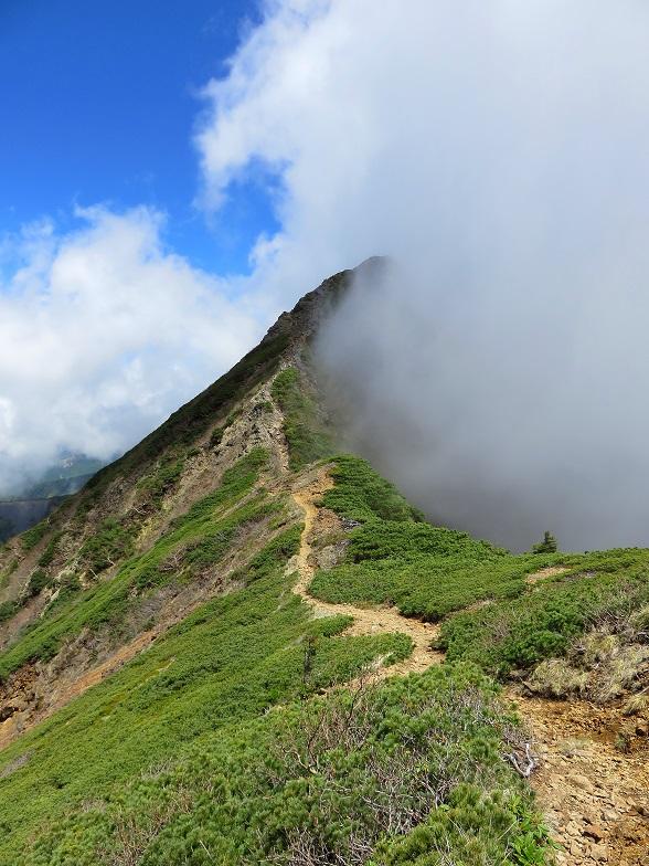 赤岳へ続くキレット越えの縦走路