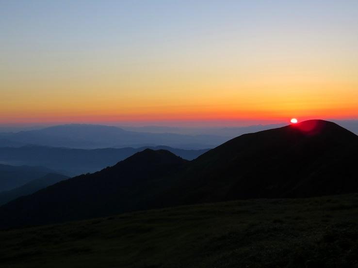 竜門山避難小屋からの朝日連峰の夜明け