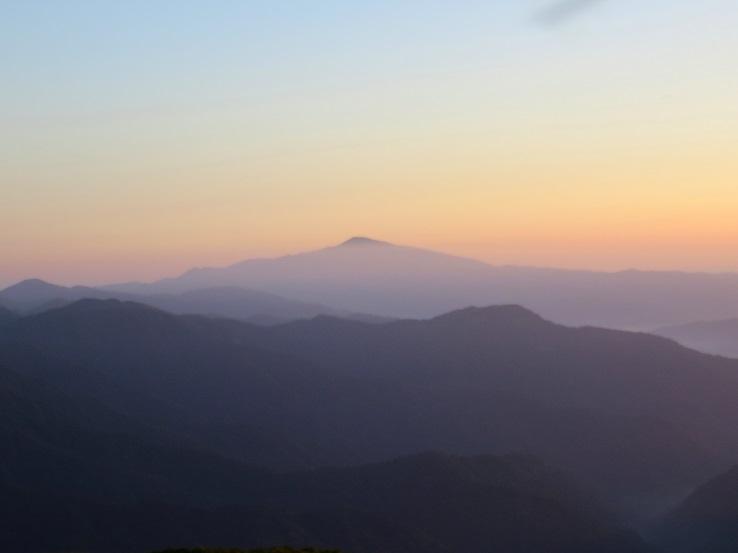 月山の夜明け